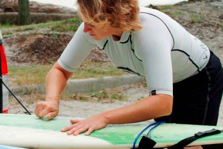 Lijado en humedo de la tabla de surf